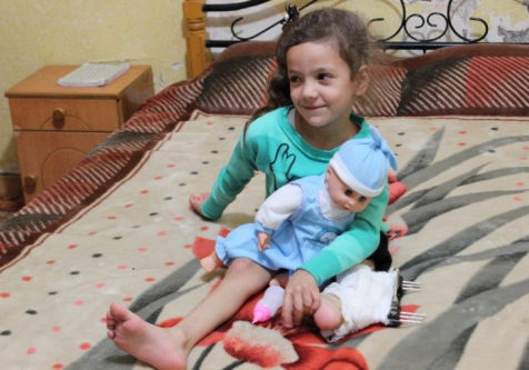 A Palestinian girl who lost her leg